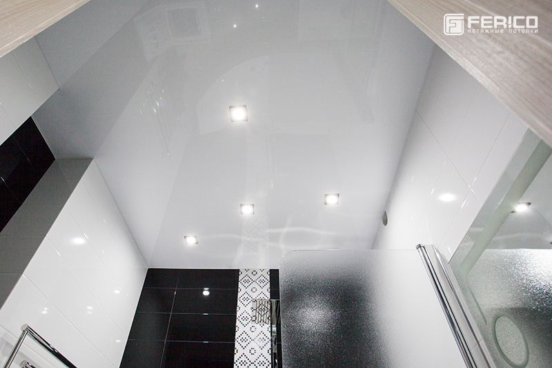 Белый глянцевый натяжной потолок Ferico